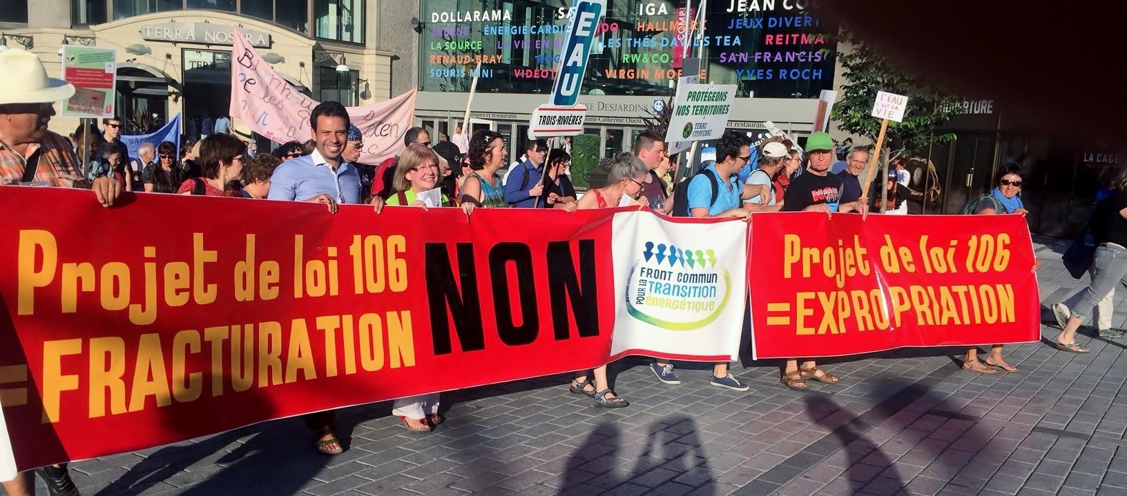 Ouverture du Forum social mondial le 9 août 2016 : le Front commun pour la transition énergétique marche contre le projet de loi sur les hydrocarbures. La bannière est l'oeuvre de Louis Casavant. Photo Joceline Sanschagrin.